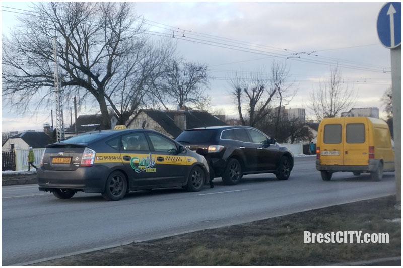 Фотофакт: ДТП с участием автомобиля такси перед Кобринским мостом