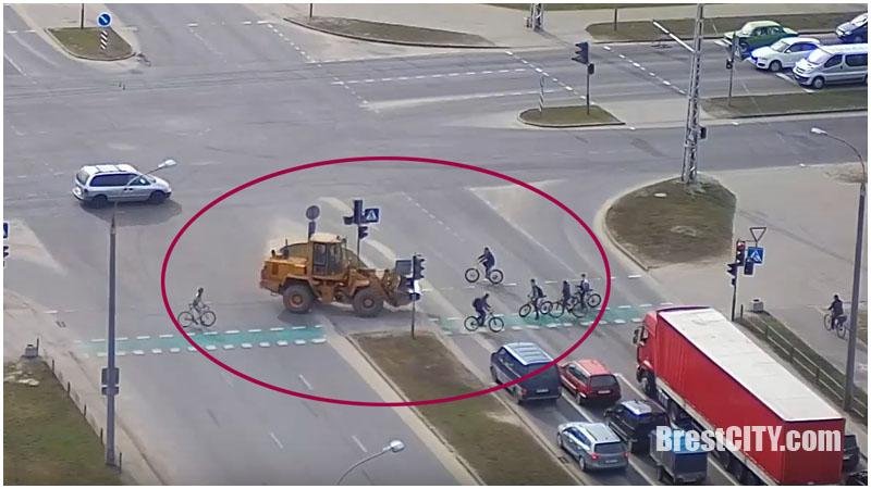 В Бресте велосипедистам пришлось «спасаться» от погрузчика