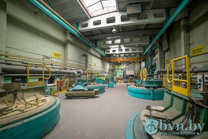 Журналистам показали, как работает аккумуляторный завод в Белоозерске