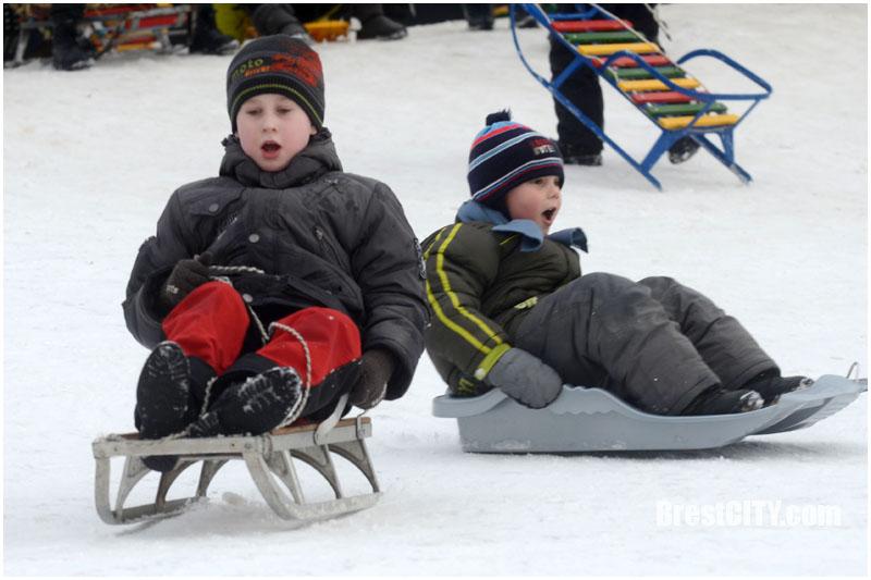 Катание детей на зимних горках. Фото BrestCITY.com