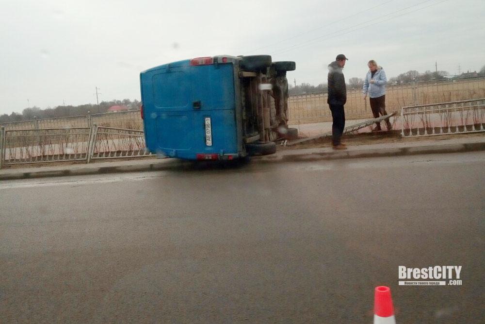 На Варшавке в Бресте перевернулся микроавтобус