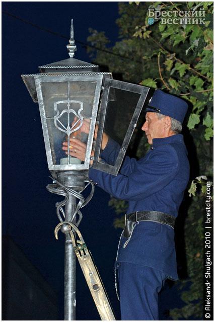 Фонарщик в Бресте зажигает фонари