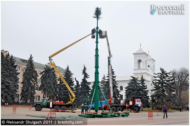 Монтаж елки на площади Ленина