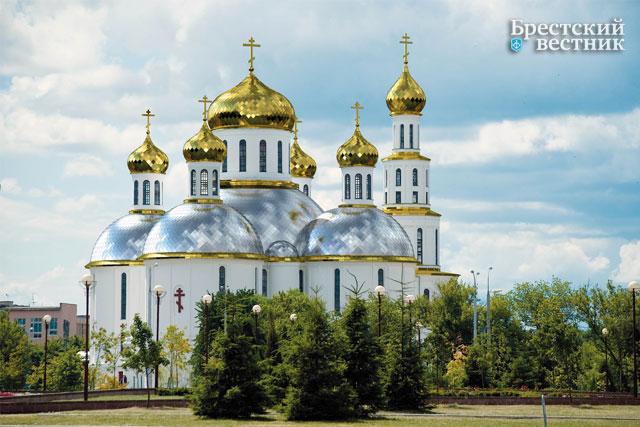 Макет Свято-Воскресенского собора с золотыми куполами