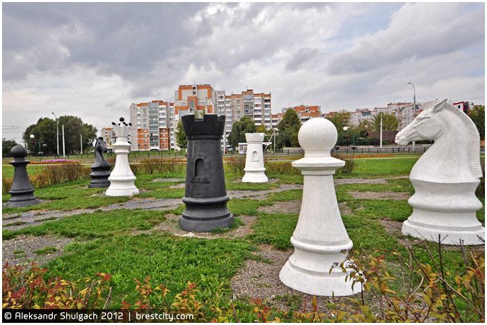 Декоративные шахматные фигуры возле ЦМТ