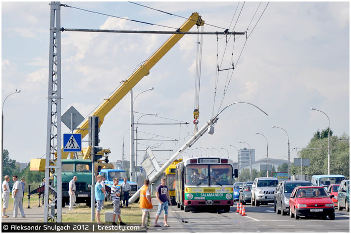 Троллейбус сбил столб на улице 28 июля