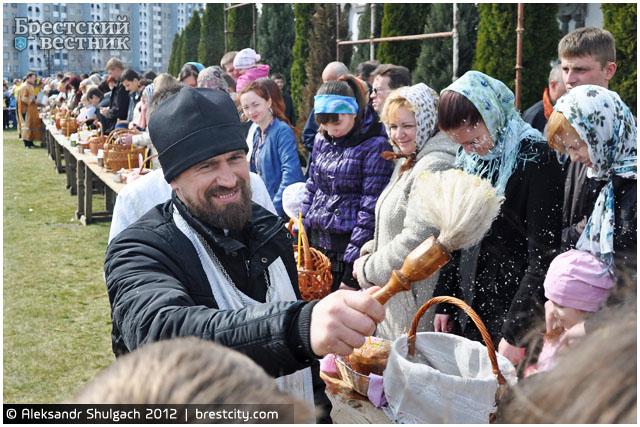 Брестчане освящают куличи, яйца и прочую праздничную снедь