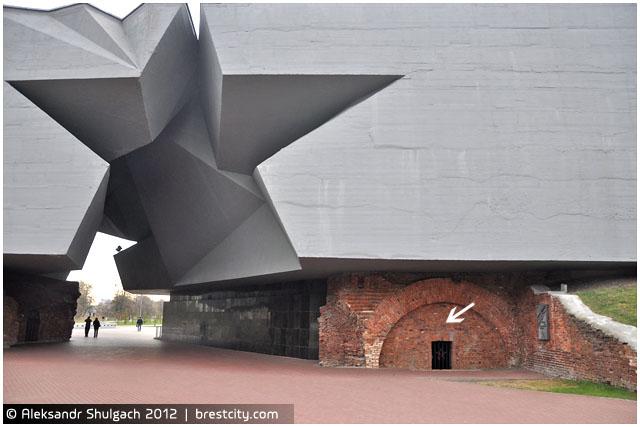 """Со стены монумента """"Звезда"""" на территории МК """"Брестская крепость-герой"""" похищена металлическая плита"""