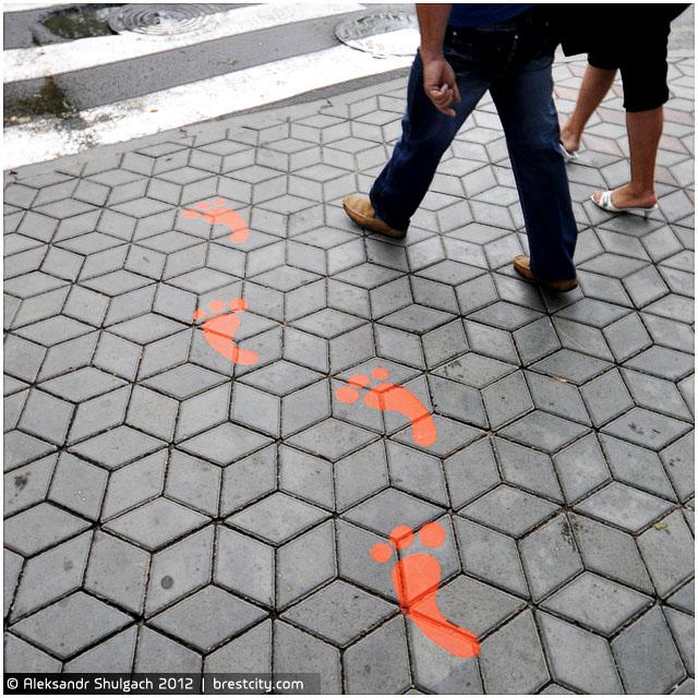 Красные следы появились в Бресте около пешеходных переходов