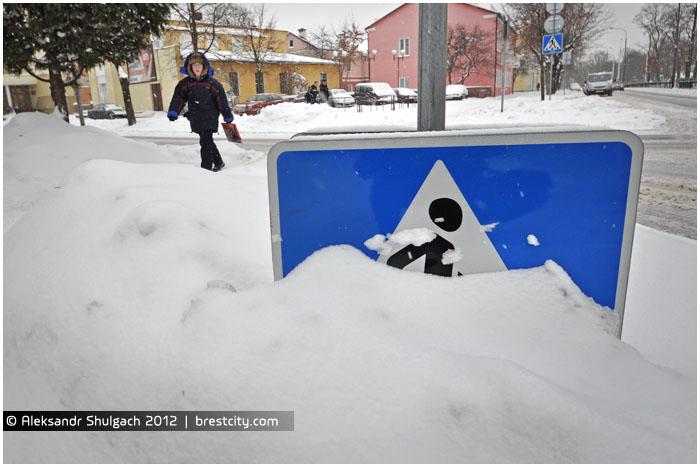 """Дорожный знак """"Пешеходный переход"""" под снегом"""