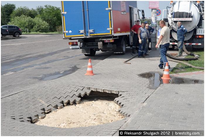 В Бресте на остановке провалился тротуар
