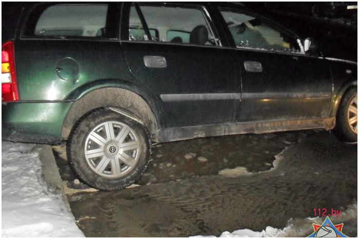 В Бресте в промоине после порыва водопровода оказались два авто