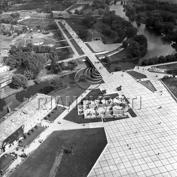 Вид на руины Белого дворца со штыка. Фото: 01.10.1971