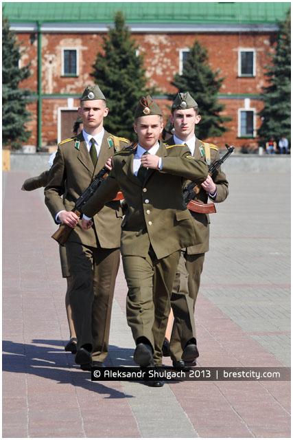 Вахта памяти. Ребята заступают на пост №1 у вечного огня в Брестской крепости