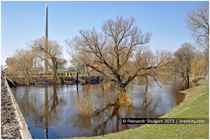 Река Мухавец в Брестской крепости. Весенний разлив