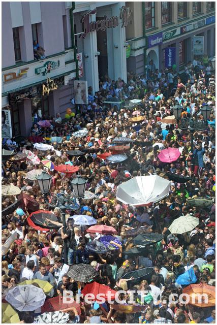 На организаторов конфетного дождя в Бресте завели дело