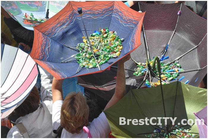 Дождь из конфет в Бресте на улице Советской 13 июля