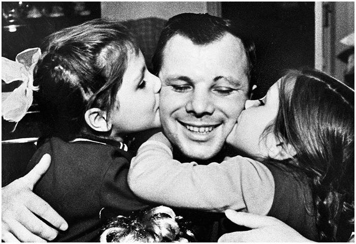 Юрий Гагарин вместе с дочерьми