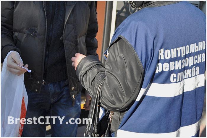 Контролеры проверяют билеты в общественном транспорте