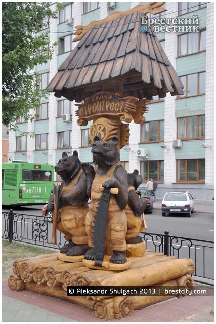 Медведи-строители на Бульваре Шевченко в Бресте