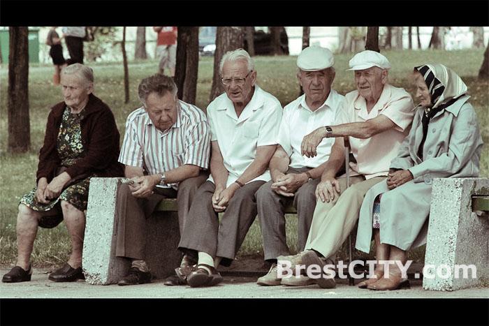 Пенсионеры Беларуси сидят на лавке