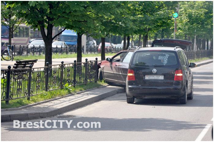 Автомобиль Пежо въехал в ограждение на Бульваре космонавтов
