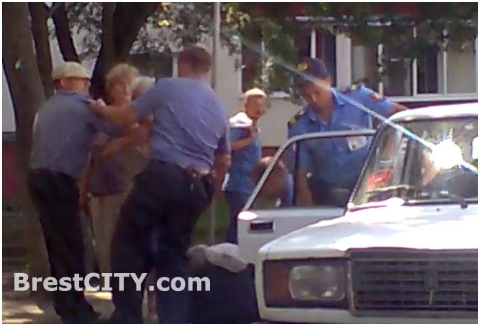 Задержание пенсионеров в Пинске 07.07.2013