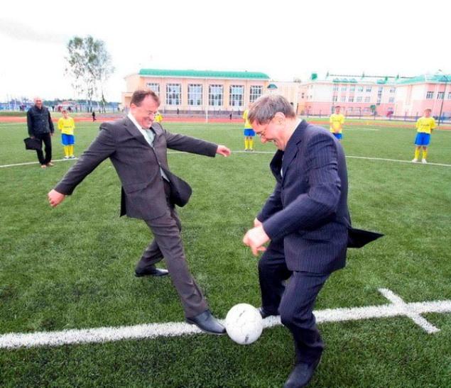 Константин Сумар играет в футбол с Прокоповичем
