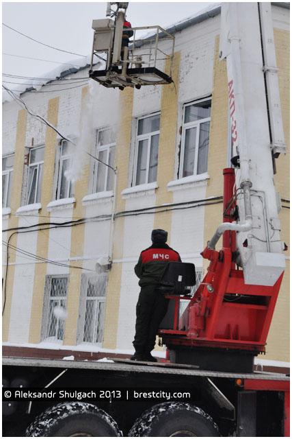 Уборка снега и сосулек с крыши дома
