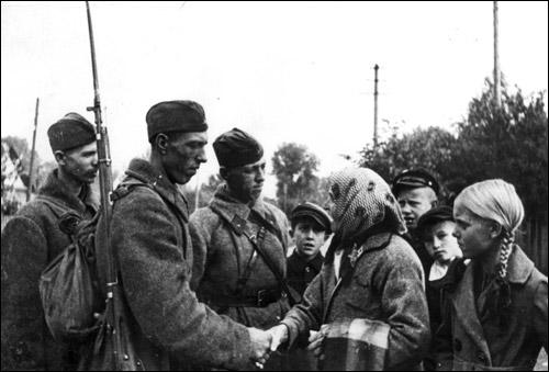 19 сентября 1939 года, город Молодечно. Старая крестьянка приветствует бойцов Красной Армии. Фото ТАСС. Источник: inbelhist.org