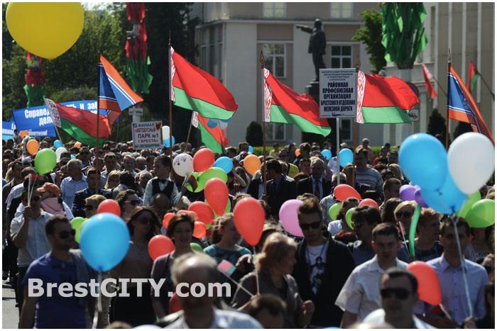 Праздничное шествие по улице Ленина в Бресте 1 мая 2014