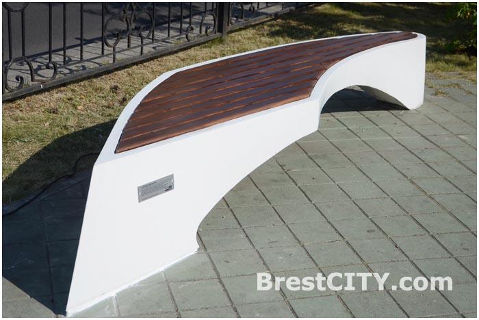 Дизайнерская скамейка от «Атлант-М Запад» появилась в Бресте
