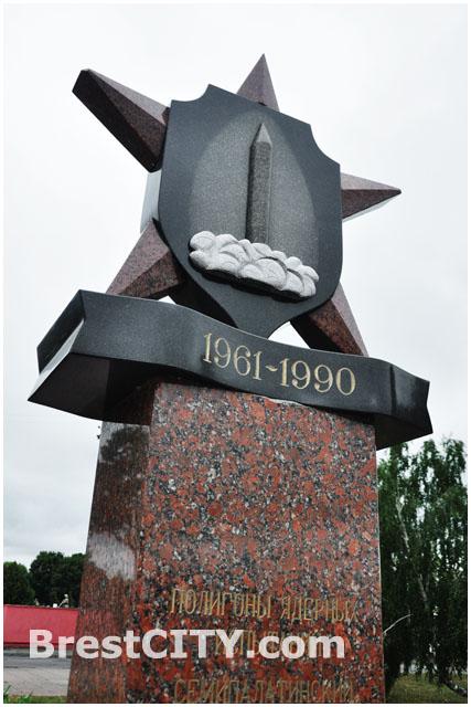 Памятник учатсникам ядерных испытаний на Торцком полигоне