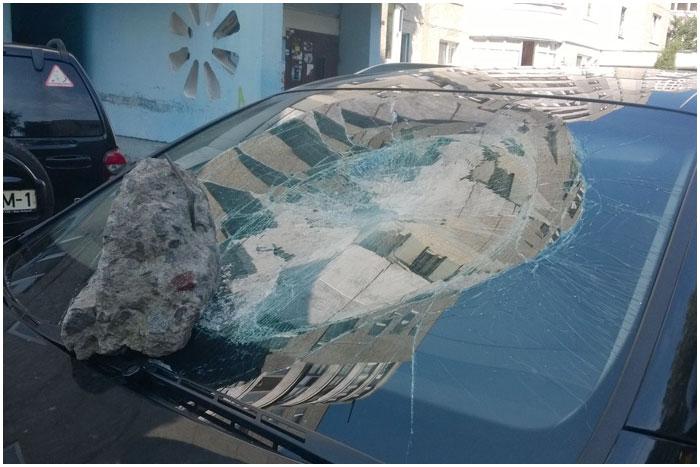 Разбитое лобовое стекло в иномарке Ауди в Бресте