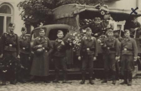 Немецкие солдаты с цветами в Белостоке, 1939 год. Возможно, в 1941 году им подарили цветы там же второй раз.