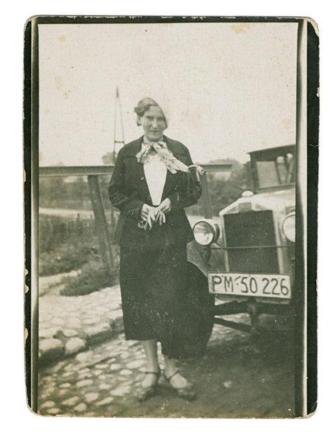 Брестчанка около своего автомобиля.