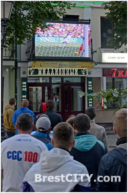 В Бресте на Советской показывают матчи чемпиоана мира по футболу