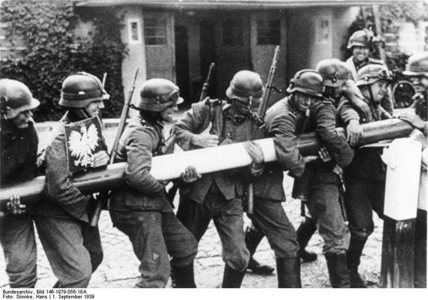 Немецкие солдаты сворачивают шлагбаум на границе с Польшей, 1939 год