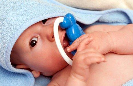 Новорожденный ребенок. Малыш с игрушкой