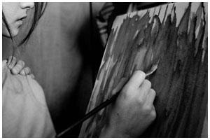 Девушка рисует на холсте. Мольберт