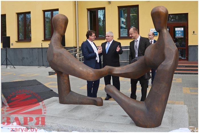 Скульптура Диалог возле банка на улице Ленина