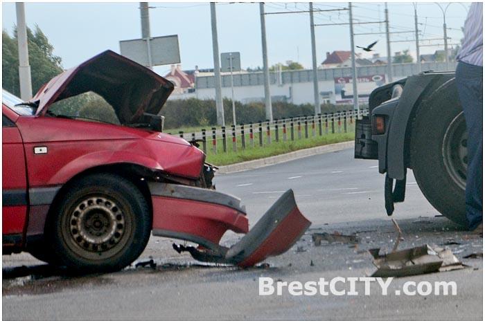 Легковой автомобиль врезался в тягач