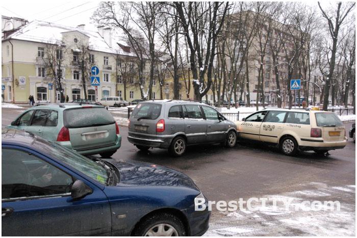 Авария в Бресте на перекрестке улиц Комсомольская и Мицкевича 20 января 2014