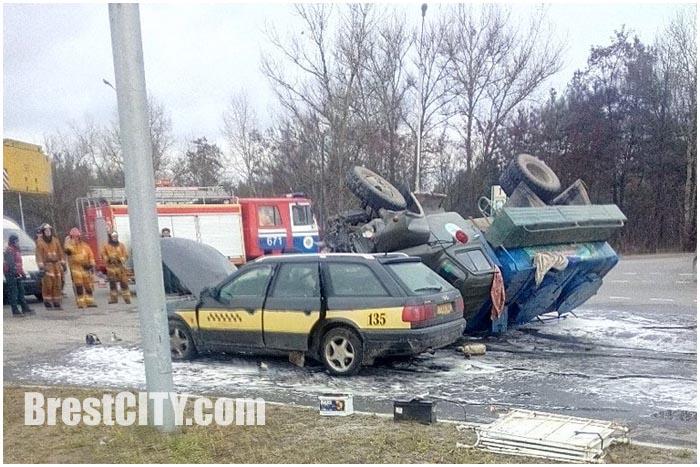 Автомобиль такси столкнулся с грузовиком ГАЗ
