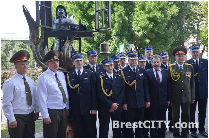 Фонарь спасателю-пожарному открыли на улице Гоголя в Бресте