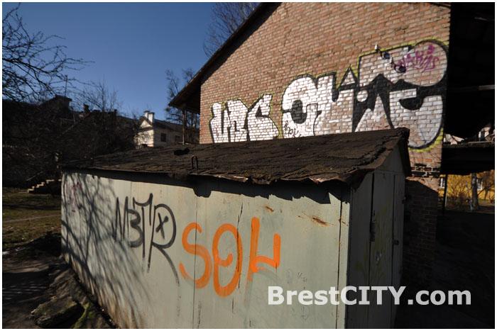 Граффити на стенах зданий в Бресте.