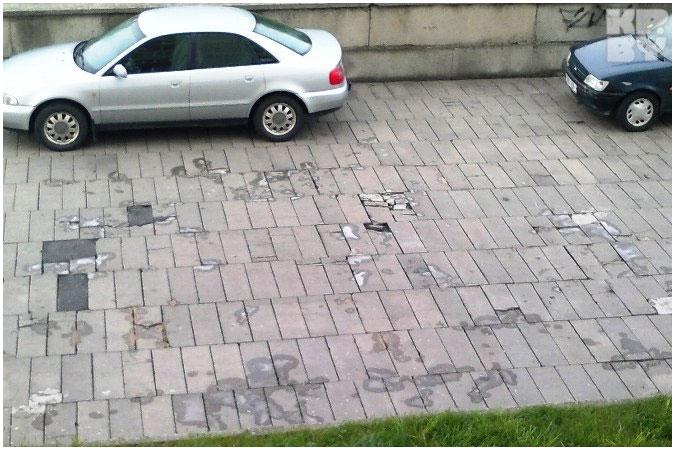 В Бресте хлоркой вытравливают траву на тротуарной плитке