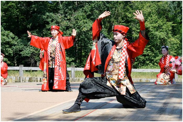 Театр «Мандзюсяка» из Японии провел благотворительный концерт в Поместье Деда Мороза