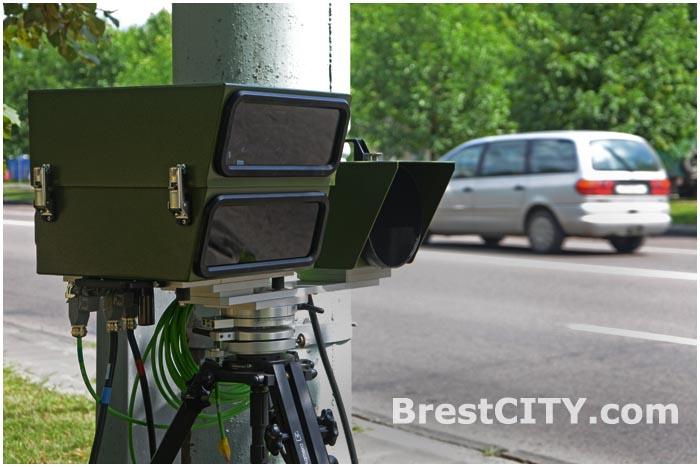Камера фотофиксации скорости возле дороги