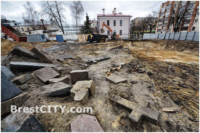 В Бресте обнаружены каменные надгробия и кресты при проведении строительных работ